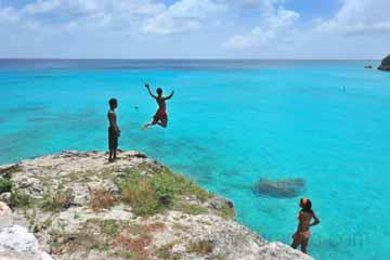 beach_activity_beach_grote_knip_local_children_jumping_in_the_clear_blue_sea_curaçao (06).jpg
