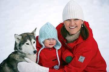 dog kind en vrouw in de sneeuw.jpg